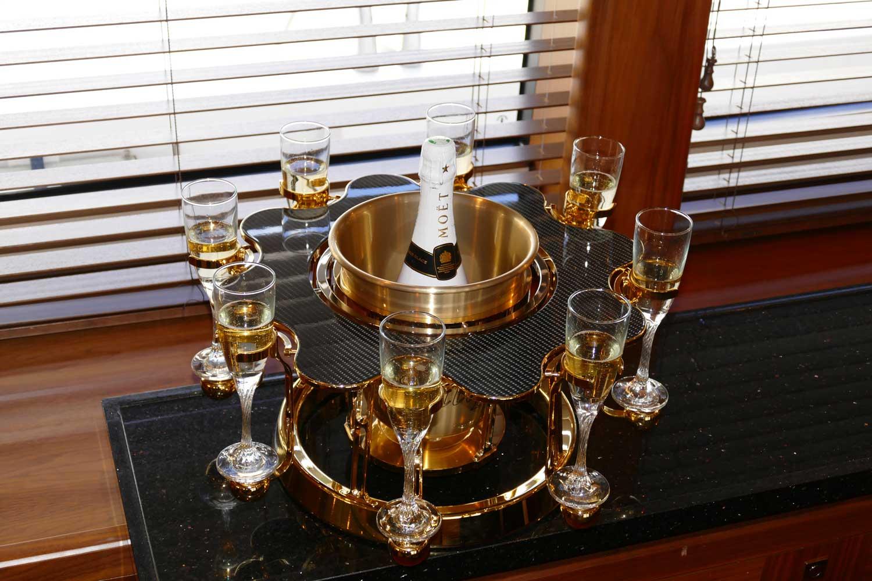 écrin à champagne de luxe golden édition intérieur d'un yacht