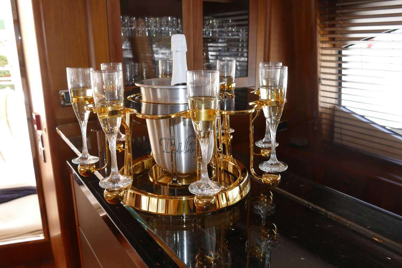 écrin à champagne de luxe carbon édition intérieur d'un yacht