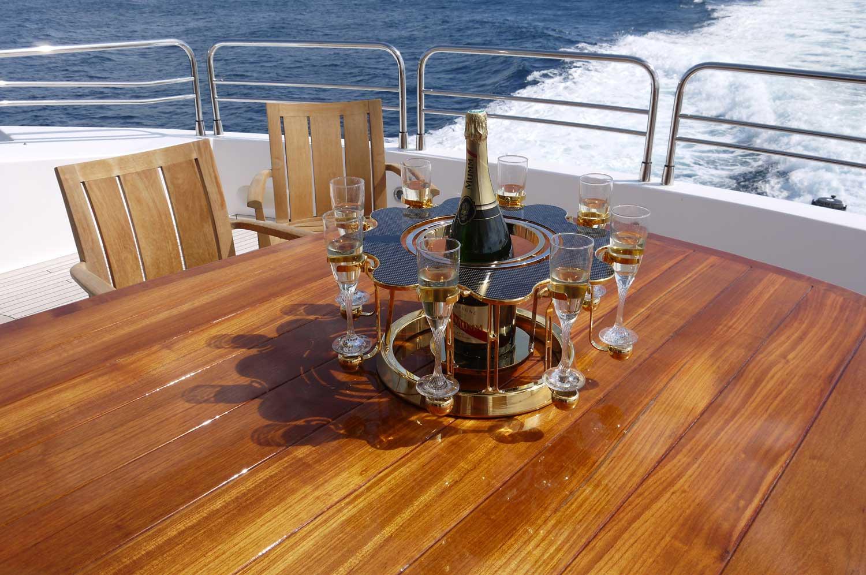 écrin à champagne de luxe carbon édition sur un yacht